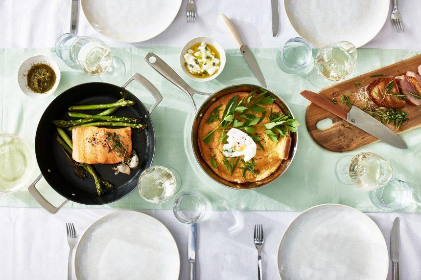 Pfanne, Wok und Messer auf dem Esstisch